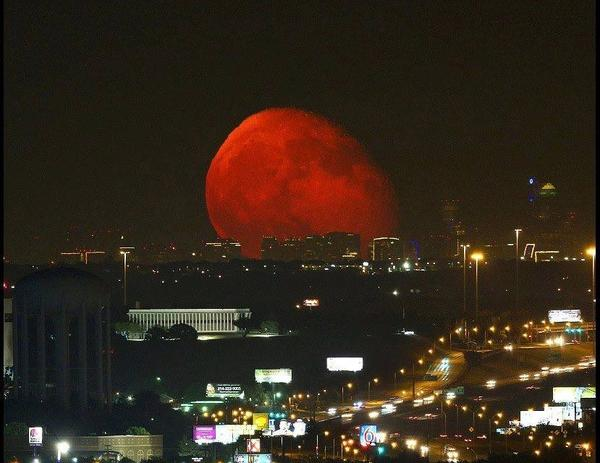 This was the absolutely stunning moon over the Fort Worth, Texas skyline. http://t.co/5EFKl0wLVs