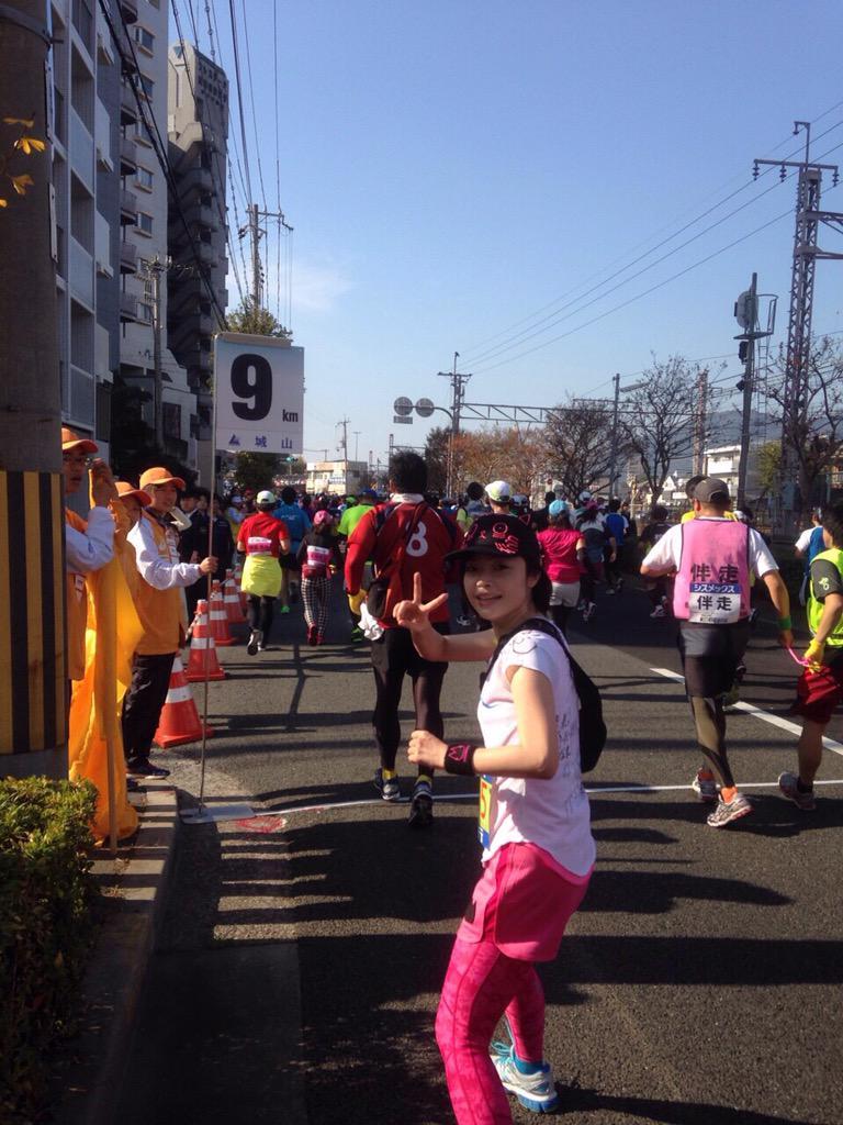 【神戸マラソン】鹿野優以さんは10時20分すぎ、須磨駅前の10km地点を通過しました。時折笑顔をみせながら颯爽と通過していきました。写真は伴走の荒木東京支社長が撮影しています。 http://t.co/VX18fXE7br