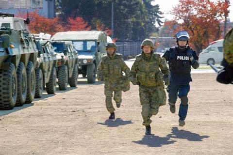 これは重要 RT @inayakoro 大阪に武装工作員が上陸!…と想定 府警と陸自が共同訓練 - 産経WEST http://t.co/MMF3j4SVT0   大阪に上陸w 本当は街中に潜伏してる工作員が蜂起した時用の訓練ですね! http://t.co/oXZP9FbmG8