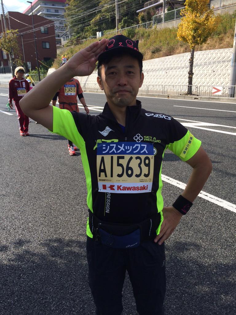 【神戸マラソン】鹿野優以さん、須磨の手前26キロ付近で、本人は完走にむけ頑張っておりましたが、マネージャーの判断により先ほど棄権を宣言しました。ゴールへの想いは、鹿野優以さんのざめひょろ帽子をかぶった荒木東京支社長へ託します。 http://t.co/veDCYzRyVD