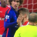 Wilshire kissing #MUFC badge.. I knew this kid was a United fan all along http://t.co/p0ELqdYoW5