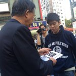 #OccupyHK student leader Lester Shum distributed pamphlets on street trying to spread out democracy msg to community http://t.co/P3Vysdmu5G