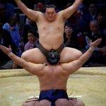 <千秋楽の様子>大鵬に並ぶ史上最多の32回の優勝を決めた横綱 白鵬。#sumo http://t.co/BiZyrCMyzV