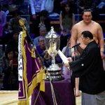 <千秋楽の様子>優勝した白鵬に北の湖理事長より賜盃拝戴。#sumo http://t.co/GIcewXyklQ