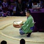 <千秋楽の様子>ゴールドのビッグマカロンを持つのは呼出し誠之。#sumo http://t.co/fHLXeqWnBd