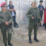 A Manar, les photos avec les soldates sont presque aussi demandé que avec Hamma et Radhia #tnelec #tnprez http://t.co/y5fKwjZR6o