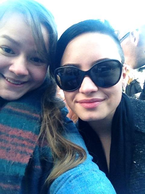 I JUST MET DEMI LOVATO WITH MY BESTFRIEND AND I JUST IM SO SO SO HAPPY I LOVE THIS DAY