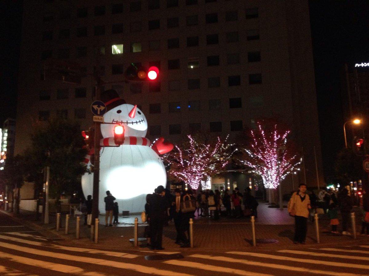 梅田スノーマンフェスティバル2014!夜のBIGスノーマンくんは、周囲のイルミネーションと一緒にライトアップ☆みんなに沢山写真を撮ってもらって、誇らしげな表情です。#梅コネ〈ウメボシ〉 http://t.co/MBMs7pmYeB