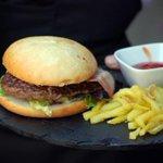 Hola gente! Hemos vuelto con otros aires, prepárate para conocer #LaPitarra. Una de Burger buey! #tdsgastro #sevilla http://t.co/0K2JZ0B73O