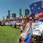 """Почему наше ТВ это не показывает!!!Ведь это КЛАССНО!!)) """"@ZhuravlevSergey: А вот так Путина в Австралии встречали.. http://t.co/dDYADQwzpi"""""""