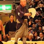 <千秋楽の様子>呼出 秀男。最後の呼び上げと箒。(写真2枚)先行予約→http://t.co/8NA6OUaGyY #sumo http://t.co/5VAE0btasP