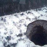 【なんかコワイ】ロシアにまた巨大穴、近隣に連鎖の可能性も 今年夏にはシベリアでも巨大穴が見つかっていたそうです。こわ過ぎる… http://t.co/SHKVAVLcZl