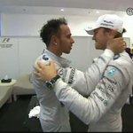 Bonito detalle de Rosberg felicitando emocionado a Hamilton #A3F1AbuDabi http://t.co/apqU3XAVkx