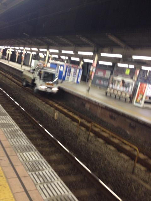 トラックが線路走ってる。 http://t.co/mpAUKwWSX3