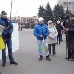 На вече евромайдана в Славянске, собралось около 50 человек. Из них половина оказалась сторонниками ДНР.) http://t.co/BW38mrRq3M
