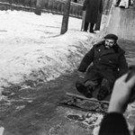 Счастливый Фидель Кастро катается с детской ледяной горки. Москва. СССР. Январь 1964 года. http://t.co/0xt2iFxiFV