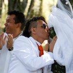 Joven se casa con un árbol en #Colombia para promover el compromiso con la naturaleza - http://t.co/ATMi0Dlg1m http://t.co/OPDbEfT13m