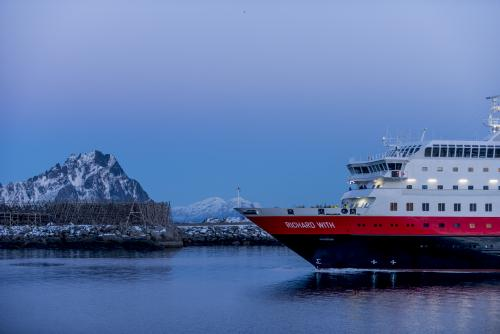 See the northern lights w/ #Hurtigruten. Request a FREE @HurtigrutenUSA brochure  #sp http://t.co/9G8nM3jkcY http://t.co/rX1PbsWLwY