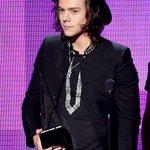 "Harry con el ""American Music Award"" que ganó 1D al principio de la ceremonia está noche♥ http://t.co/v1OHqtilzN"