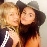 Selena e Fergie nos bastidores de ensaio do AMAs ???? http://t.co/7YlWzsVybs