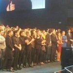 niall, harry e louis aplaudindo a taylor de pe, liam sorrindo e zayn...apenas em pe mesmo #AMAs2014 http://t.co/LSuplHNRLF