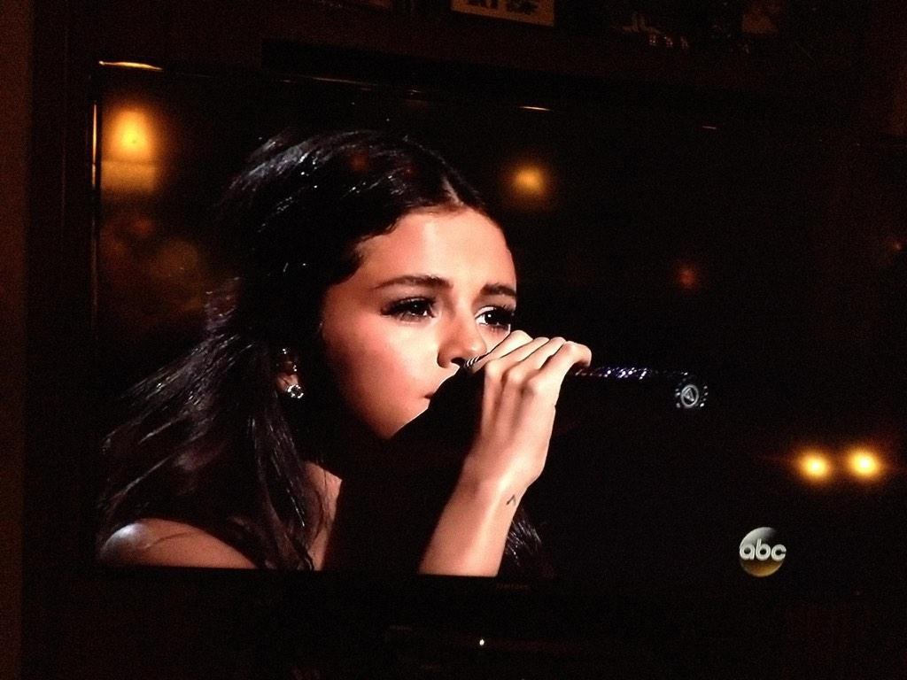 Loved seeing an emotional performance from @selenagomez!!! #AMAs #AMAs2014 #SelenaGomez http://t.co/uqtQYixWpi