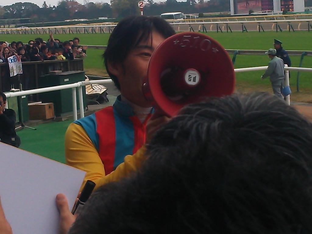 東京5Rで後藤騎手が復帰後初勝利!入線後の場内は大きな拍手。 ウィナーズサークルは多くのファンで溢れかえっていました!お帰りゴッティー(^^) http://t.co/jABP7Lwk45
