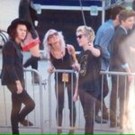 BUT NIALL GOT A SELFIE STICK I BET HES GOING TO TAKE A SELFIE EVERY CHANCE HE GETS #MTVStars One DIrection http://t.co/rwUNFzZBuO