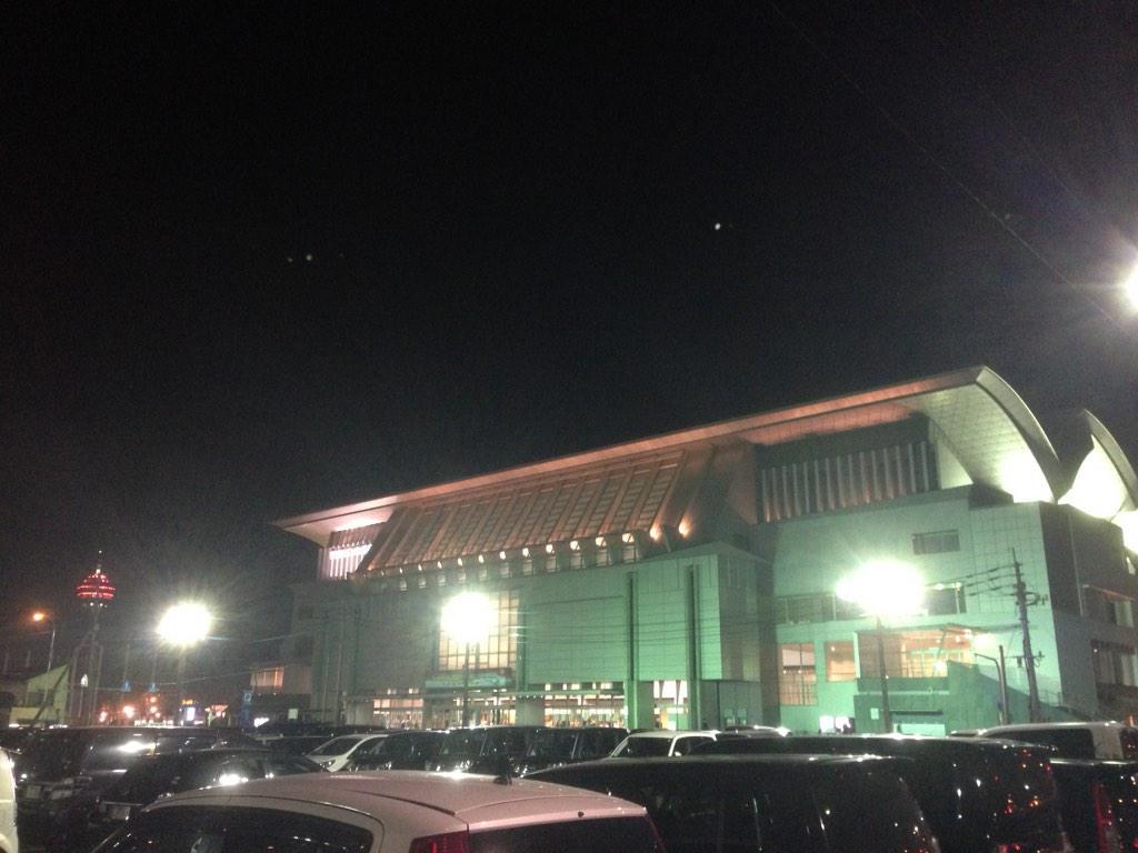 C&Kワンマン in マリンメッセ福岡にお邪魔してきた。マリンメッセが荒波に揉まれる船のように揺れてた。 http://t.co/6kN1FDdC0R