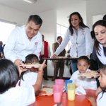 Con gran emoción mi esposa @GabyCastanedaB y yo entregamos los primeros alimentos en nuevo #CAIC Camelia @Pachuca_ ! http://t.co/GlJD6Z2bI5