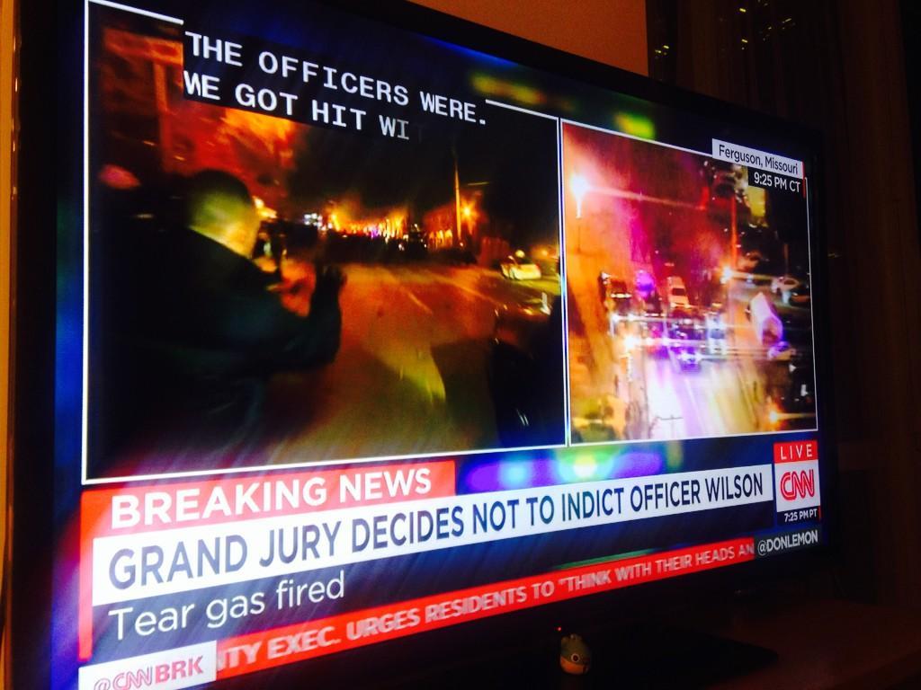 ミズーリ州で黒人少年が警察官に射殺された事件の不起訴を受け全米が大荒れ。NYはユニオンスクエアの柵が壊されて大規模デモ行進に。ファガーソンのリポーター はガスマスクをつけたり外したりしながら咳き込みつつ伝えてます #Fergsuon http://t.co/Gcx7CimGqJ