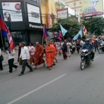 Monks march to Samaki Raigsey Pagoda in support of V. Luon Sovath in #cambodia. http://t.co/mEWePlvoOl