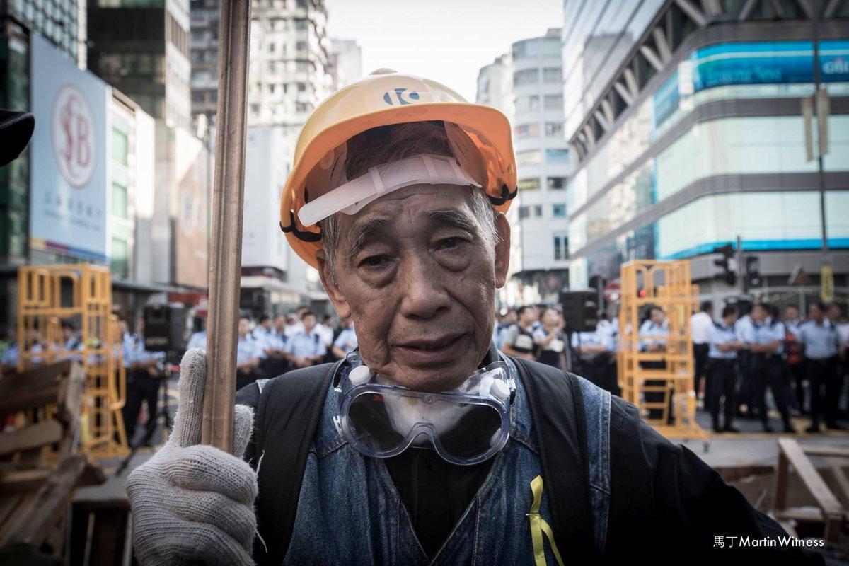 攝影師馬丁:這位七十八歲的老伯,戴上了頭盔,獨個站在快將被清除的亞皆老街路障前。「我屋企人唔支持我嚟,驚我會有事。但係我想話,我呢副老骨頭無咩所謂啦。我今日係嚟比佢地拉嘅!我嘅訴求好簡單,就係香港要有民主同公義。」說完,他流下了淚。 http://t.co/56Dxgj8heX
