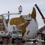 Installation de la nouvelle attraction de ce Noël #montpellier : La Mappemonde 9m de diamètre  sur la Comédie http://t.co/8kZGkpoywu