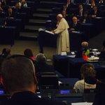 Interviene el Papa en la eurocamara. Defiende los derechos humanos y sociales como base de la dignidad. Bravo http://t.co/3d2LFRu1Cg