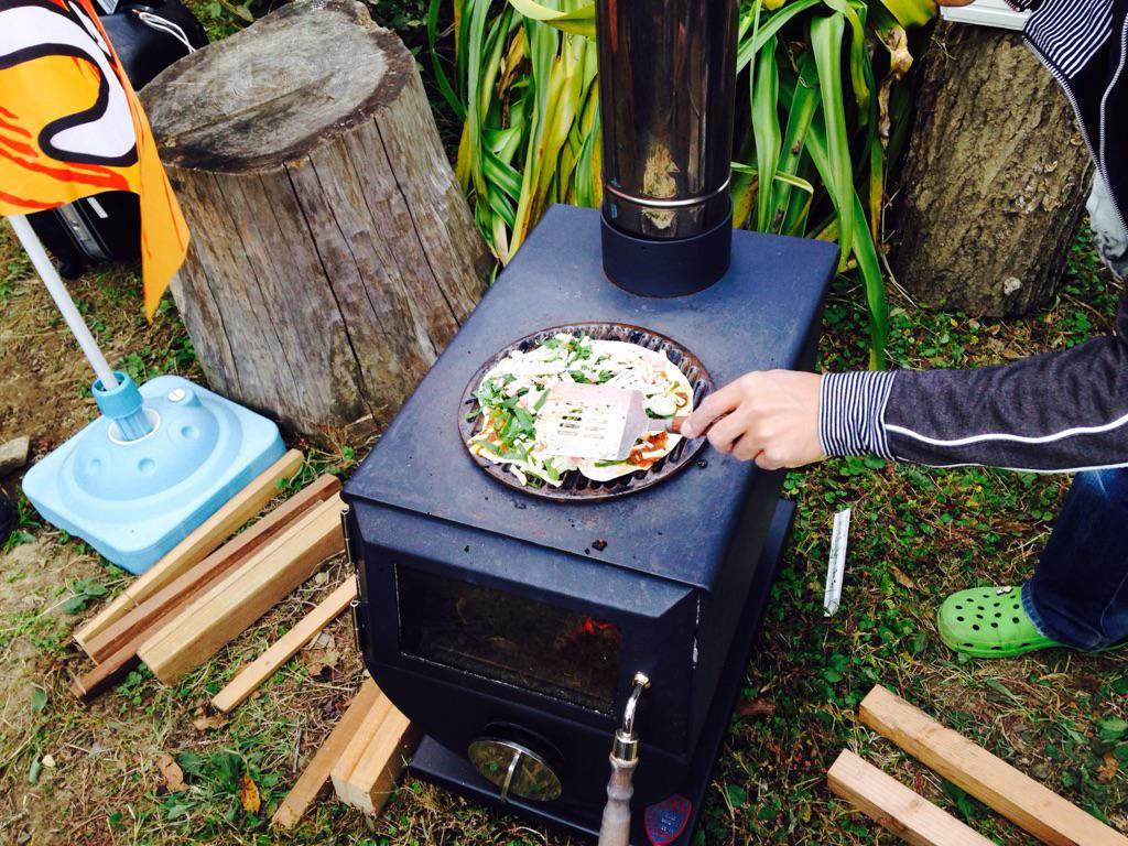 蒔きストーブで焼くピザは美味しいよ♪( ̄▽ ̄)b http://t.co/XlQYdhWuQA