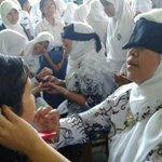 HUT PGRI di SMAN 1 Cirebon, Guru merias siswa tanpa melihat. #CirebonJepret http://t.co/WIButNsdPm