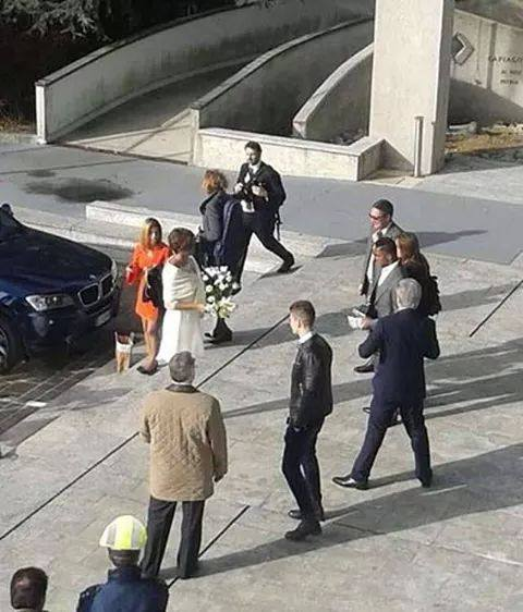 B3SpoNiCQAAhm3p Everton & ex Chelsea man Samuel Etoo gets married in a secret ceremony in Italy [Picture]