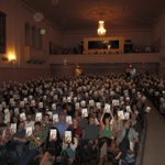 620 copies of #SoAnyway being held up by my lovely audience in San Diego last Thursday. http://t.co/V3pHB71BYc