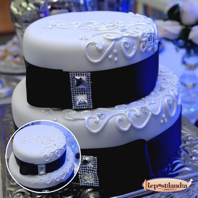 ¡Se acerca la boda y es hora de elegir el pastel! En Repostilandia nos encargamos de hacer el mas hermoso y delic... http://t.co/AosaU30JdQ
