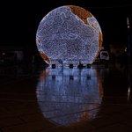 Une double Mappemonde avec le reflet sur la place de la Comédie #montpellier http://t.co/buJciP4pMd