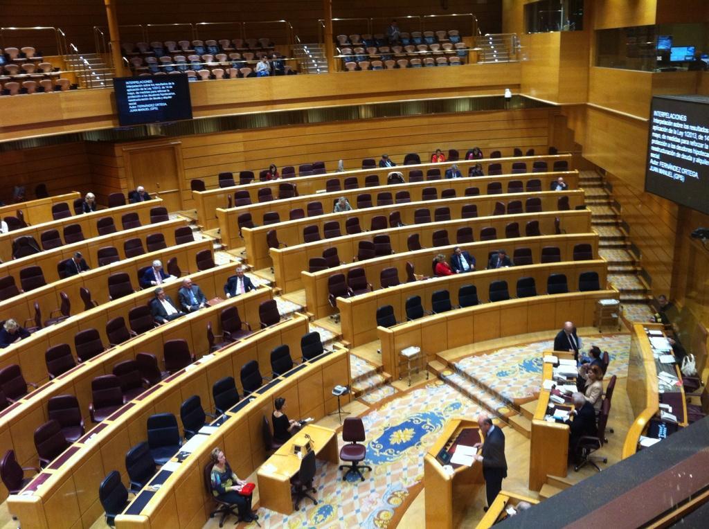 Esta es la desoladora imagen del Senado mientras se debate sobre desahucios. No les importan. Vía @margaritazabala http://t.co/pIdx9SG0u5