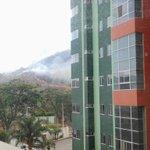 este incendio cada ves se propaga mas q peligeoso @AntiradarGYE @EcuadorTV @CerroSantaAna http://t.co/nwseSPXqii