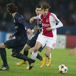 45+2. Het is rust. #Ajax helemaal niet slecht, maar toch een 1-0-achterstand. #UCL #psgaja