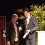 Mr. MilieuCafe @Jehaemilieu ontvangt van @BerenddeVries de zilveren legpenning van #Tilburg. Meer dan verdiend! http://t.co/PH7sQKlhcZ