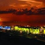 Disfruta de la incomparable belleza de los atardeceres en #Cancún. @DestinoCancun @CaribeMexico @sedetur http://t.co/TOCaG3KoIF