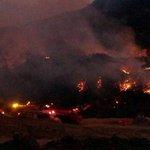 #ATENCIÓN Unidades del @BomberosGYE siguen combatiendo el incendio en #CerroAzul. http://t.co/fC5ZKOfRbe