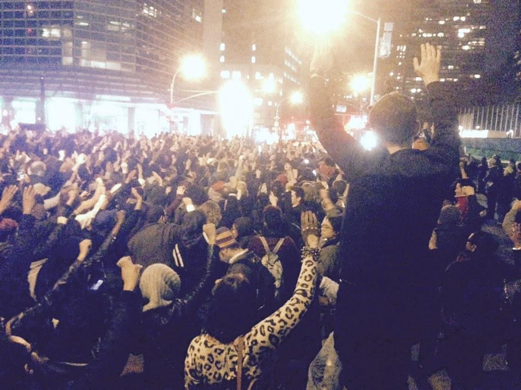 4 1/2 minutes of silence for Mike Brown in front of United Nations. #Ferguson http://t.co/s1RgcmUYvc