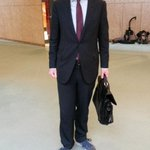 Minister Asscher is helemaal klaar voor de begroting. Gympies onder zijn pak (ivm blaren). http://t.co/APISsc8For