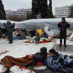 Η αστυνομια απαγορευσε στους #syrianrefugeesgr να κρεμασουν το νάυλον για την βροχη στις κολωνες φωτισμου #antireport http://t.co/pIXs4WFPot